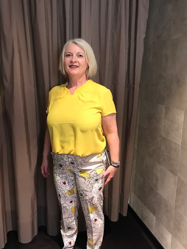 Stilberatung Iris bunte Hose und gelben Top