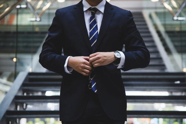 Anzug und Krawatte - stylisch tragen